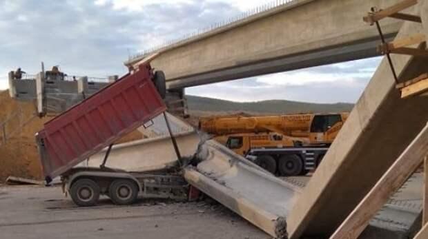 Не опустил кузов: на «Тавриде» грузовик снёс балки путепровода