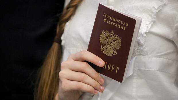 Омским школьникам торжественно вручили первые паспорта в городской думе