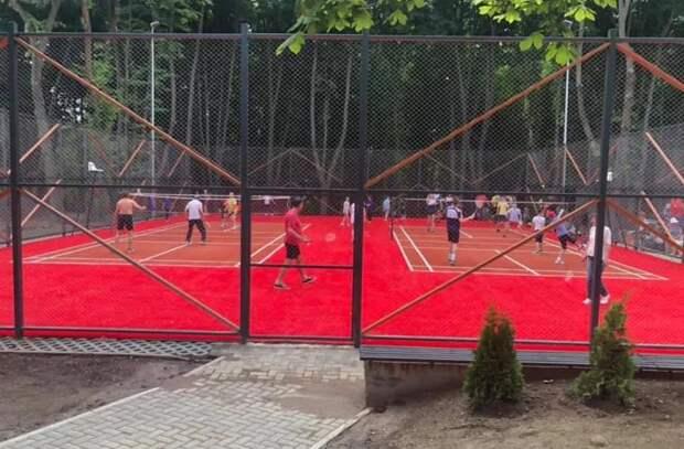 Ограничения сняты, но спортивные площадки остаются закрытыми