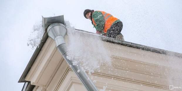 Коммунальщики удалили сосульки с крыши дома на Ленинградке