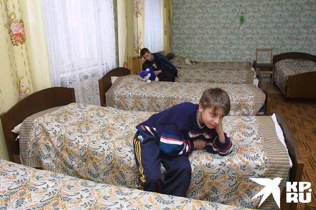 Часть денег идет на одежду, питание и прочие расходы непосредственно на ребенка, а большая часть - на зарплату сотрудникам центров. Фото: Анатолий ЖДАНОВ