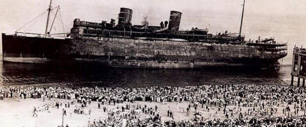Толпы зевак у корабля