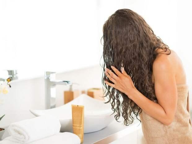 Кондиционер помогает привести в порядок непослушные волосы. / Фото: 4tololo.ru