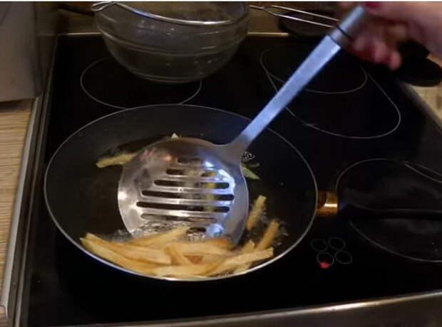 Готовые ломтики можно достать шумовкой из сковороды.
