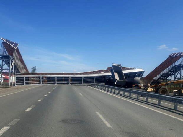 На трассе «Иртыш» самосвал поднятым кузовом снес надземный переход