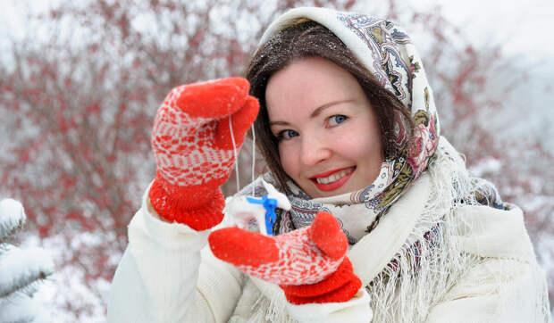 Женщина в вязаных варежках с рисунком. /Фото: alem-tour.ru