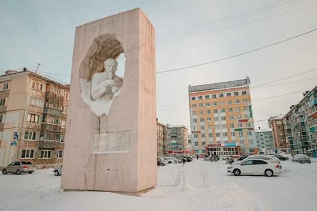 Первооткрыватель Воркутинского угольного месторождения Георгий Чернов. Памятник расположен рядом со зданием АО «Воркутауголь»