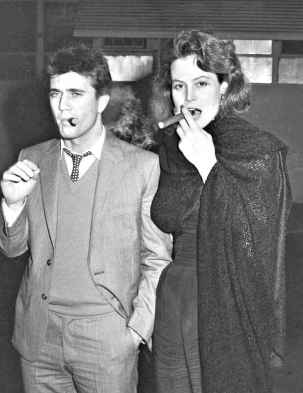 """Мел Гибсон и Сигурни Уивер на съёмках фильма """"Год опасной жизни"""". 1982 год."""