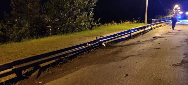 Водитель сбежал, бросив покореженную машину на мосту в Тверской области