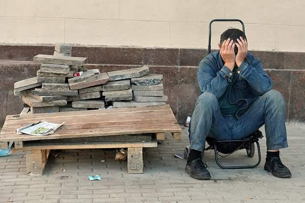 Люди не бездельники, не инвалиды. Они могут и хотят работать. Просто этой работы нет, а за ту, которая есть работодатели готовы платить по минимуму