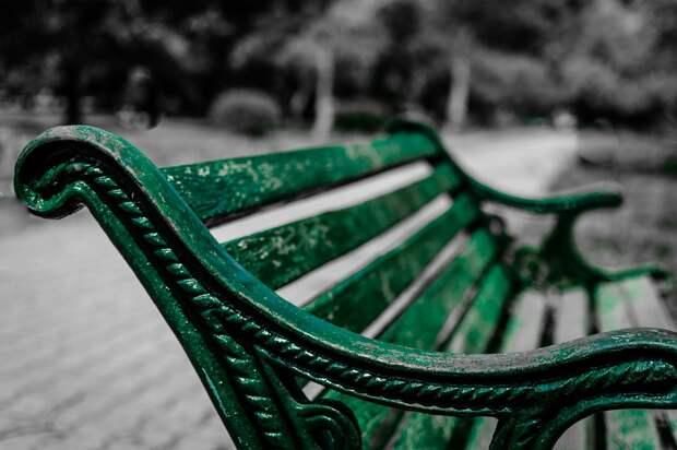 В Кузьминках покрасили скамейки на спортивной площадке
