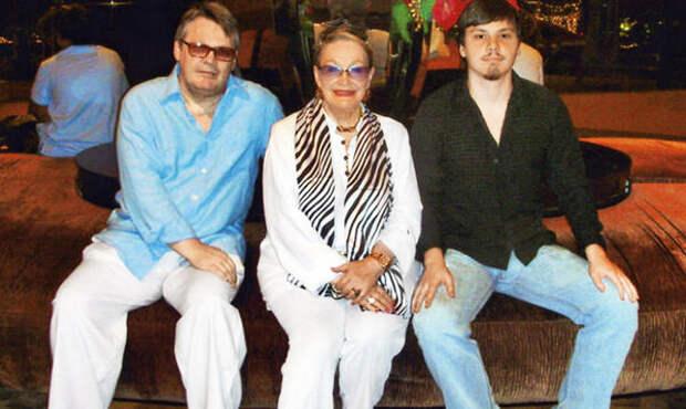 Людмила Хитяева с сыном и внуком (sobesednik.ru)