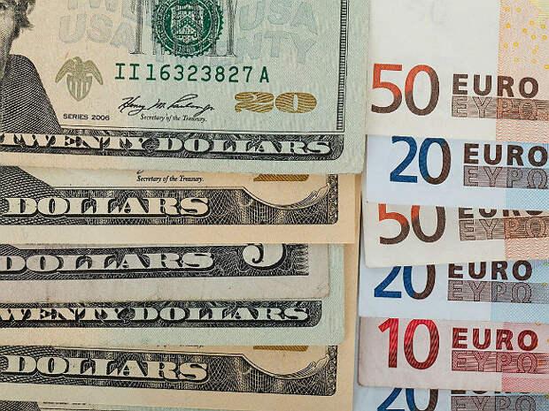 Рубль в ходе торгов проигрывает доллару, но теснит евро