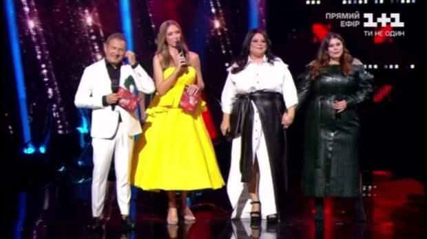 Екатерина Осадчая скрыла беременный живот под желтым платьем на шоу Голос страны