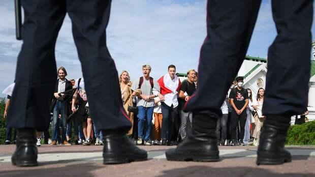 Сотрудники правоохранительных органов и участники студенческой акции протеста в Минске - РИА Новости, 1920, 03.09.2020