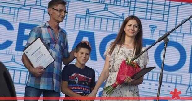Севастопольцев, спасших ребенка во время ливня, наградили путевками