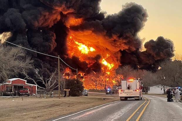Мощный взрыв от столкновения поезда с грузовиком в Техасе попал на видео