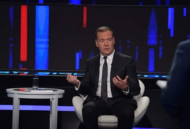 Медведев похвалил Путина за рост зарплат в стране и призвал «напомнить об этом оппонентам»