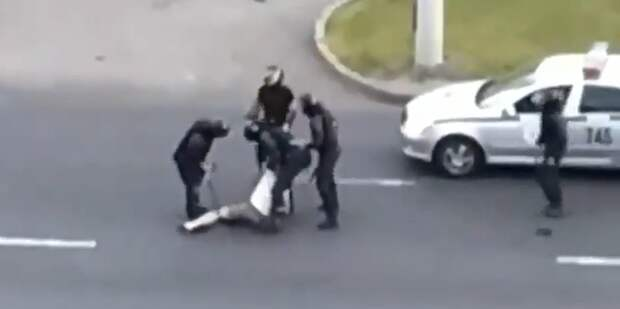 Белорусские силовики разбили машину дедушки и впятером избили его за возмущения