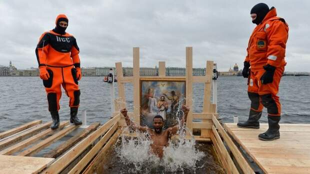 РПЦ призвала отказаться от купания в проруби в Крещение