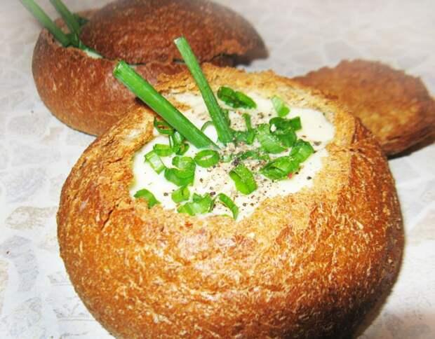 Чешский картофельный суп пюре в хлебе