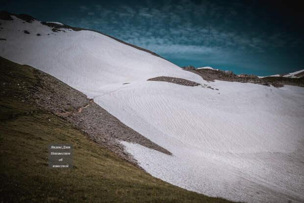 Путь к вершине по снежникам