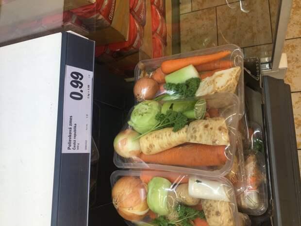 Морковь, сельдерей, лук порей, петрушка. Брали такой набор - бульон из него очень вкусный. В России такие бывают в Metro.