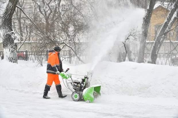 Глыбы снега вывезут с Дегунинской