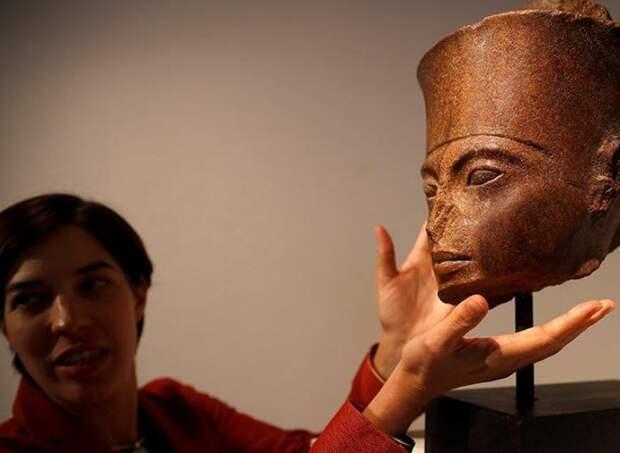 Египет попросил Интерпол вернуть проданный на аукционе бюст Тутанхамона