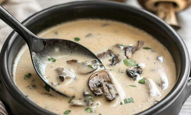Варим грибной суп по-новому: добавили фрикадельки, сыр и хлеб