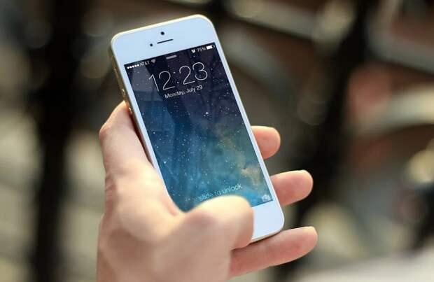 Ученые выяснили «срок жизни» коронавируса на экранах смартфонов и деньгах