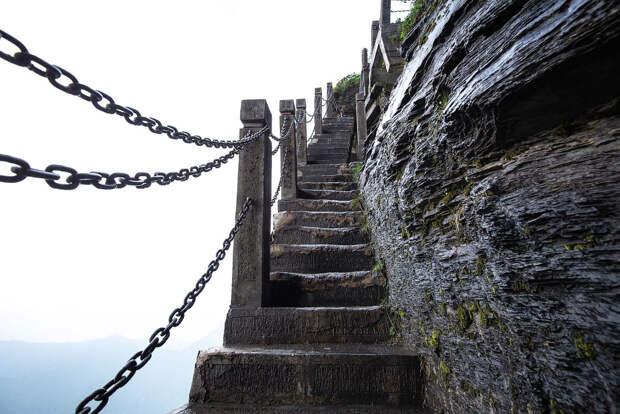 Атмосферная лестница, ведущая на вершину горы