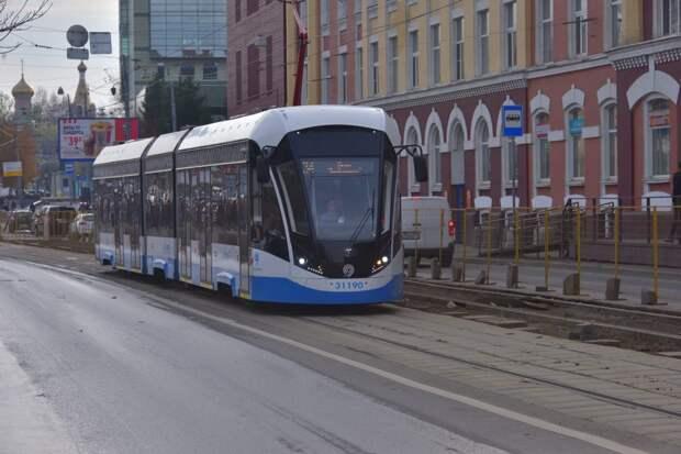 Пассажиры в Строгине теперь не замёрзнут: в трамваи вернули кнопки открытия дверей