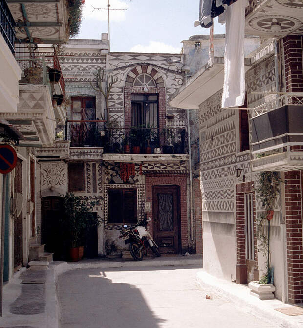https://upload.wikimedia.org/wikipedia/commons/thumb/9/9d/Pyrgi_Chios_1998-1.jpg/830px-Pyrgi_Chios_1998-1.jpg