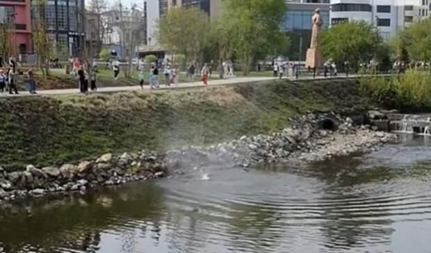 «Появился изниоткуда»: мини-смерч прошелся над Исетью вЕкатеринбурге