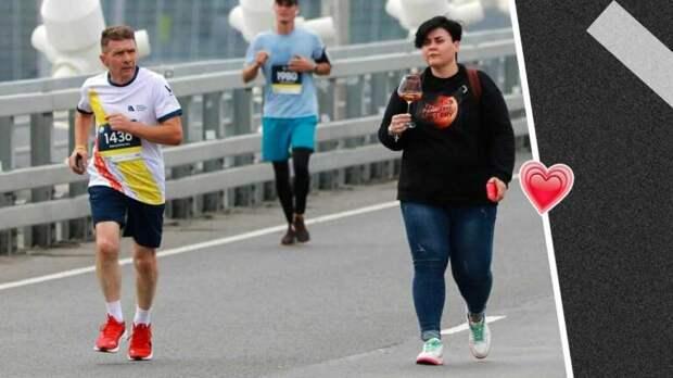 Девушка вальяжно прошлась с бокалом вина среди марафонцев во Владивостоке и стала воплощением дзена