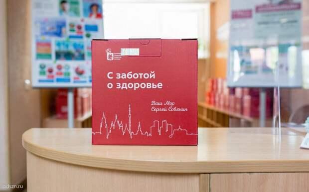 В поликлинике в Текстильщиках начали выдавать подарочные наборы привитым пенсионерам