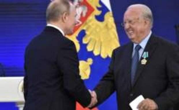 Владимир Путин наградил почетного консула России на Крите