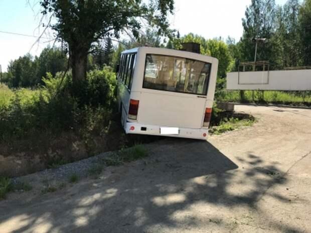 На Урале автобус вылетел на остановку: шесть человек погибли, 15 ранены