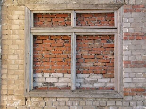 Соседи через суд заставили многодетную семью замуровать окна в доме