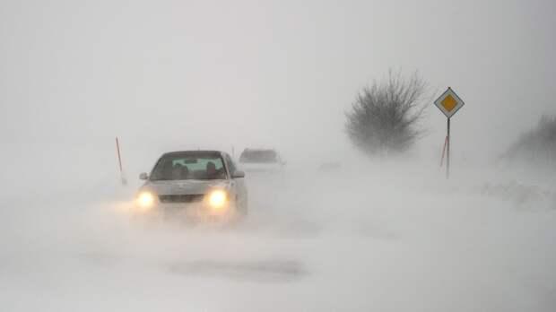 Около 30 автомобилей встали на трассе в Мурманской области из-за снежного перемета