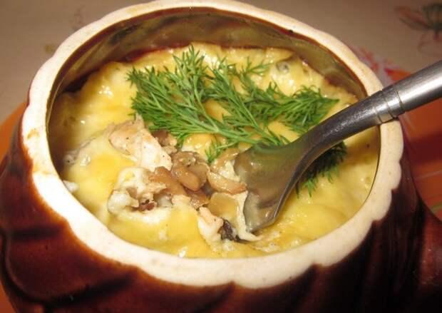 Мясо, запеченное с грибами и картофелем в горшочках