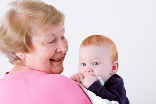 Осознанный отец не привозит малышей к бабушке, никогда с ней надолго не оставляет