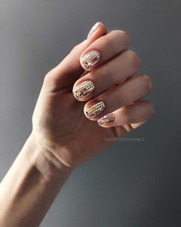 Маникюр на короткие ногти с пайетками: 25 идей, которые превратят каждый день в праздник