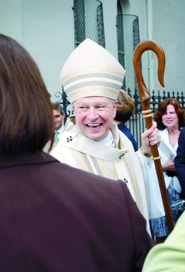Архиепископ сжег алтарь, накотором похотливый священник занимался сексом сдвумя женщинами