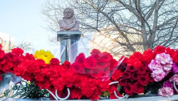 Жители Подольска возложили цветы к памятнику Пушкину в День его памяти