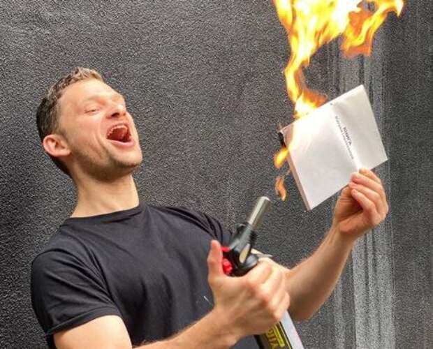 Экс-министр Украины торжественно сжег книгу жалоб перед камерой