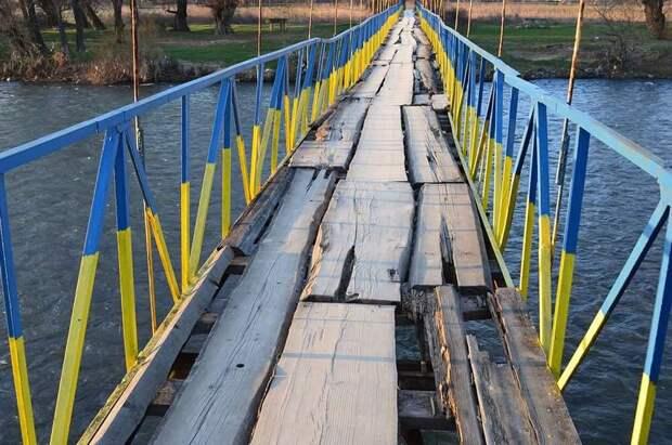 Абстрактный мост из абстрактного золота