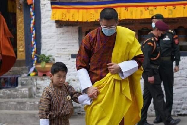Король и королева Бутана с сыновьями съездили в тур по деревням страны