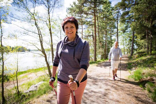 Одним из показателей правильной техники скандинавской ходьбы является прямая осанка